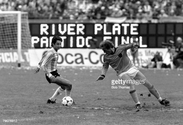Football 1978 World Cup Final Buenos Aires Argentina 25th June Argentina 3 v Holland 1 Argentinas Osvaldo Ardiles attempts to take the ball past...