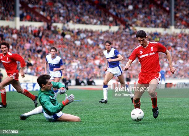 Football 1986 FA Cup Final Wembley 10th May Liverpool 3 v Everton 1 Liverpool's Ian Rush takes the ball around Everton goalkeeper Bobby Mimms on his...