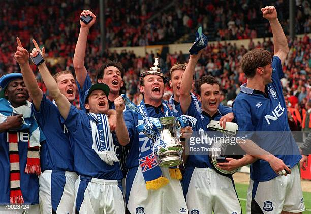 Football 1995 FA Cup Final Wembley 20th May Everton 1 v Manchester United 0 The victorious Everton team proudly show off the trophy to their fans...