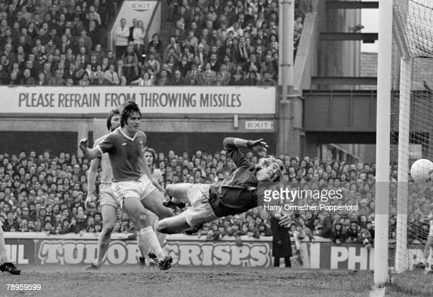 Football 29th April 1978 Goodison Park Everton Everton v Chelsea Everton's Bob Latchford beats Chelsea goalkeeper Peter Bonetti to score a goal