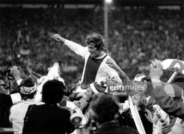 Football 3rd June 1971 Wembley Stadium London European Cup Final Ajax 2 v Panathinaikos 0 Arie Haan of Dutch giants Ajax FC is chaired off the...