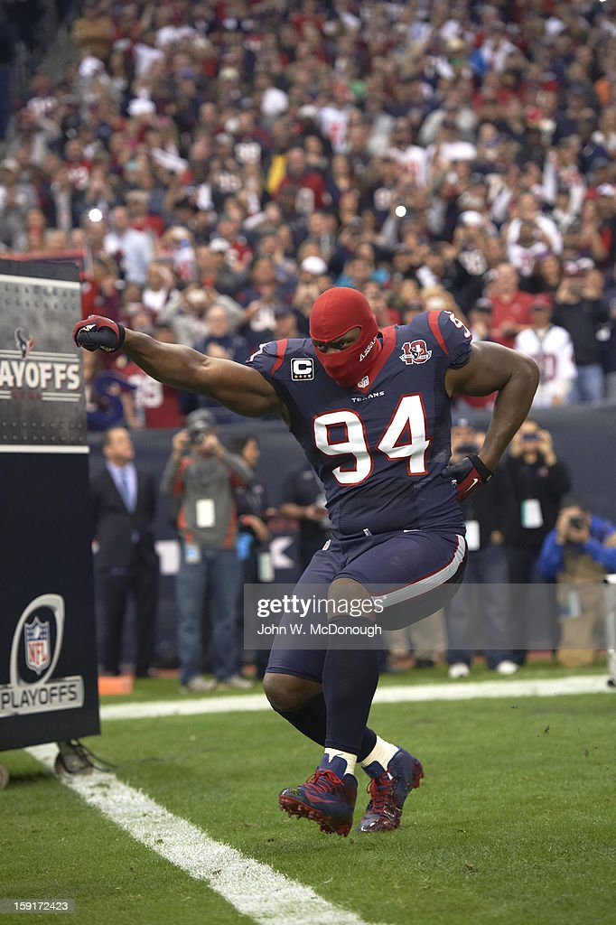 Houston Texans Antonio Smith (94) victorious during player introductions before game vs Cincinnati Bengals at Reliant Stadium. John W. McDonough F135 )
