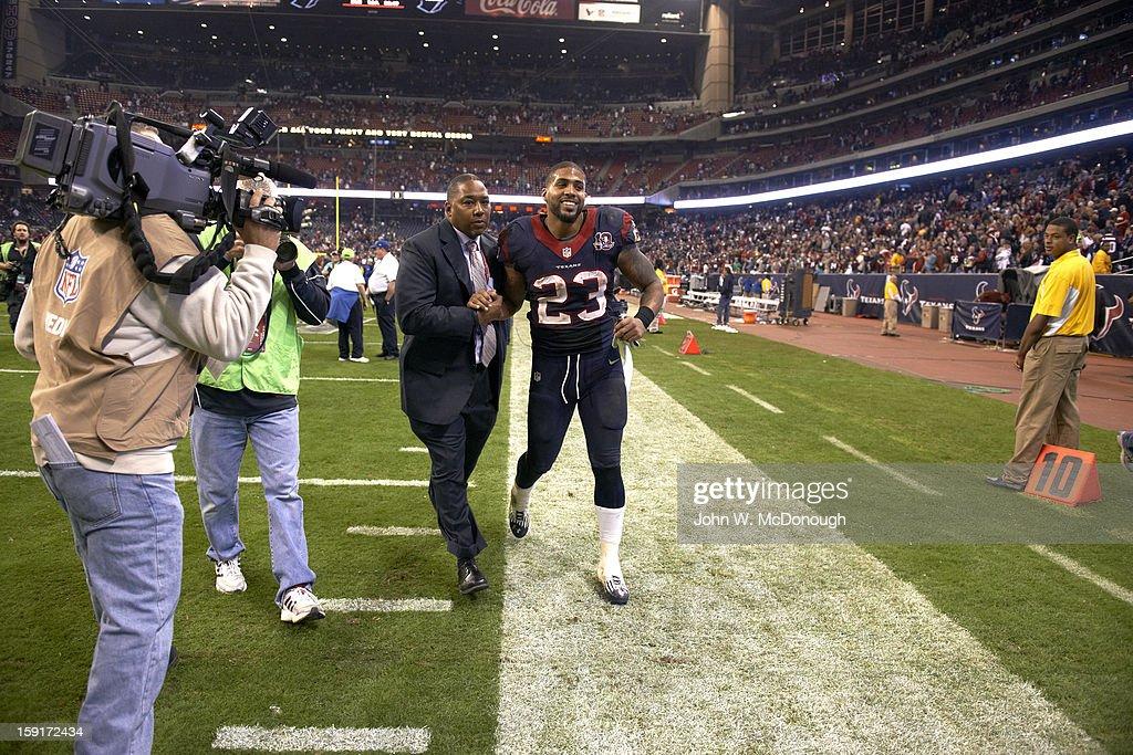 Houston Texans Arian Foster (23) victorious after winning game vs Cincinnati Bengals at Reliant Stadium. John W. McDonough F34 )