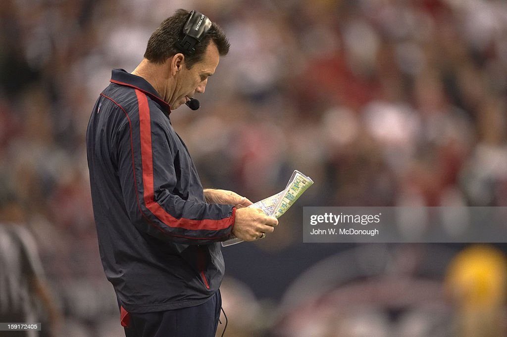 Houston Texans head coach Gary Kubiak on sidelines during game vs Cincinnati Bengals at Reliant Stadium. John W. McDonough F299 )