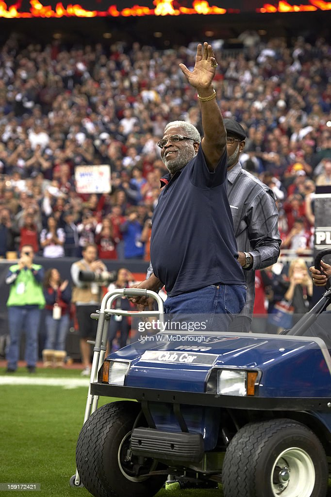 View of former Houston Oilers Earl Campbell on field before Houston Texans vs Cincinnati Bengals game at Reliant Stadium. John W. McDonough F46 )