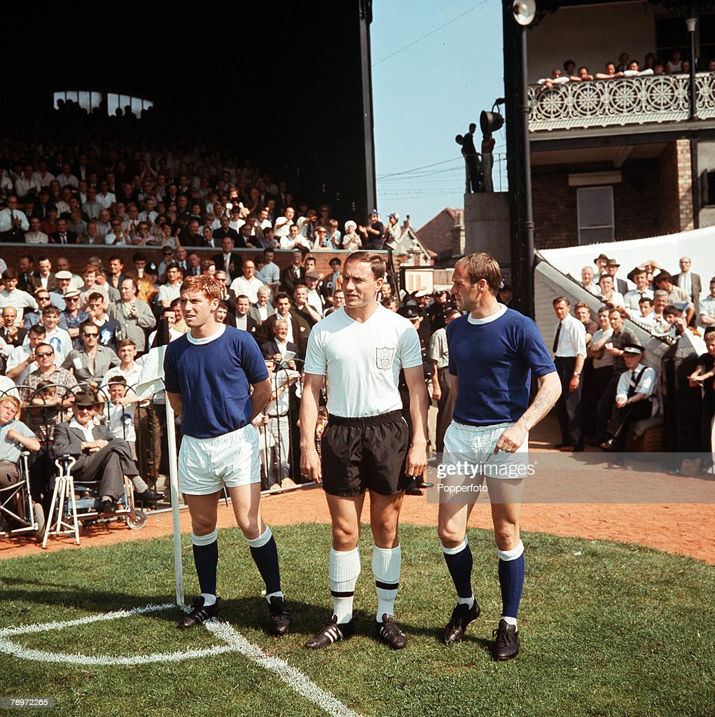 Football, August, 1966, Craven Cottage, Fulham, England, England's 1966 World Cup winning heroes L-R: <a gi-track='captionPersonalityLinkClicked' href=/galleries/search?phrase=Alan+Ball+-+World+Cup+Winner&family=editorial&specificpeople=213401 ng-click='$event.stopPropagation()'>Alan Ball</a> of Everton, George Cohen of Fulham and Ray Wilson of Everton line up prior to their match at the start of the season.