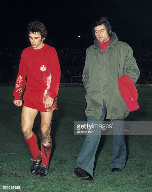 football Bundesliga 1973/1974 Stadium am Boekelberg Borussia Moenchengladbach versus 1 FC Kaiserslautern 22 Hermann Bitz left and coach Erich Ribbeck