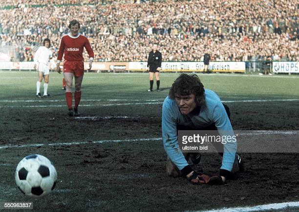 football Bundesliga 1974/1975 Radrennbahn Muengersdorf 1 FC Cologne versus FC Bayern Munich 10 scene of the match save by keeper Sepp Maier behind...