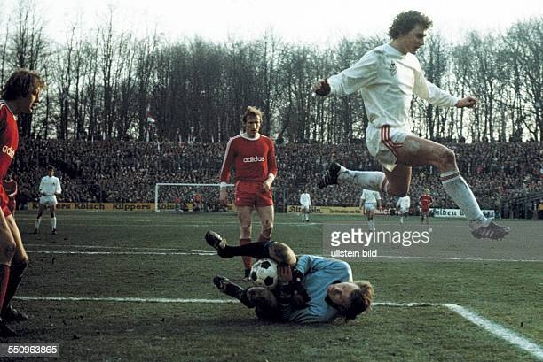 football Bundesliga 1974/1975 Radrennbahn Muengersdorf 1 FC Cologne versus FC Bayern Munich 10 scene of the match keeper Sepp Maier saves the ball...