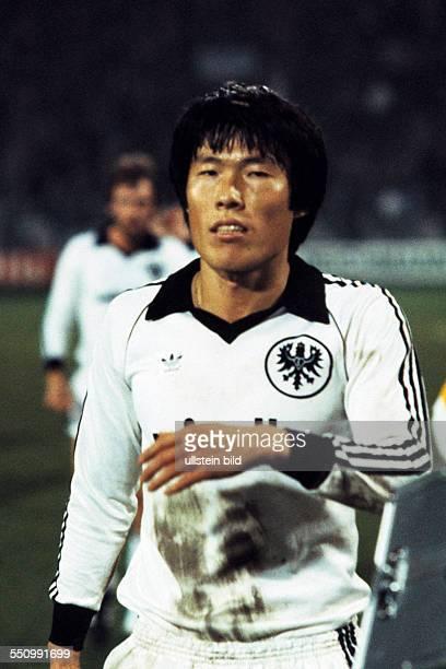football Bundesliga 1979/1980 Ruhrstadion VfL Bochum versus Eintracht Frankfurt 10 end of the game leaving BumKun Cha