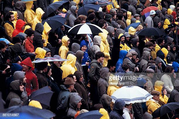 football Bundesliga 1980/1981 Grotenburg Stadium FC Bayer 05 Uerdingen versus Hamburger SV 03 rainy weather standing places unroofed football fans...
