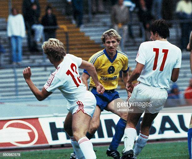 football Bundesliga 1983/1984 Muengersdorf Stadium 1 FC Cologne versus Eintracht Brunswick 21 scene of the match fltr Mathias Hoenerbach Manfred...