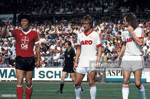 football Bundesliga 1983/1984 Ulrich Haberland Stadium Bayer 04 Leverkusen versus 1 FC Nuremberg 30 scene of the match fltr BumKun Cha reclaiming a...