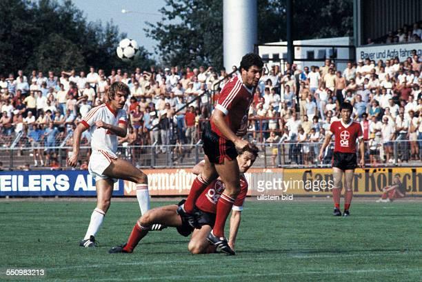 football Bundesliga 1983/1984 Ulrich Haberland Stadium Bayer 04 Leverkusen versus 1 FC Nuremberg 30 scene of the match fltr Werner Heck Juergen...