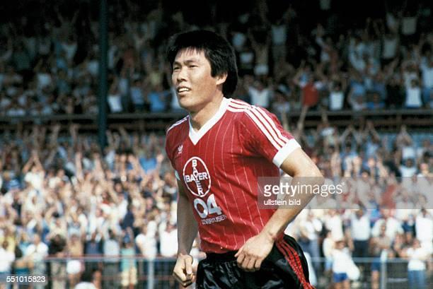 football Bundesliga 1983/1984 Ulrich Haberland Stadium Bayer 04 Leverkusen versus 1 FC Nuremberg 30 scene of the match goal scorer BumKun Cha...