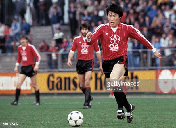 football Bundesliga 1983/1984 Ulrich Haberland Stadium Bayer 04 Leverkusen versus Fortuna Duesseldorf 20 scene of the match BumKun Cha in ball...