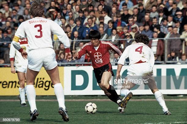 football Bundesliga 1983/1984 Ulrich Haberland Stadium Bayer 04 Leverkusen versus Fortuna Duesseldorf 20 scene of the match BumKun Cha against three...