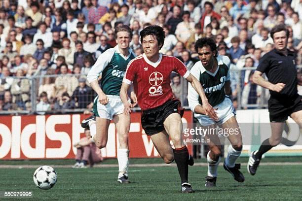 football Bundesliga 1983/1984 Ulrich Haberland Stadium Bayer 04 Leverkusen versus SV Werder Bremen 00 scene of the match fltr Wolfgang Sidka BumKun...