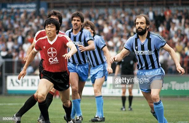 football Bundesliga 1983/1984 Ulrich Haberland Stadium Bayer 04 Leverkusen versus SV Waldhof Mannheim 01 scene of the match fltr BumKun Cha Hans Hein...