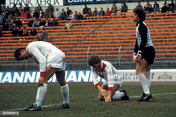 football Bundesliga 1984/1985 Rhine Stadium Fortuna Duesseldorf versus FC Bayer 05 Uerdingen 22 scene of the match frustration at the Fortuna players...