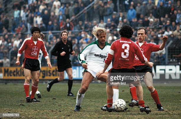 football Bundesliga 1984/1985 Stadium am Boekelberg Borussia Moenchengladbach versus Bayer 04 Leverkusen 11 scene of the match fltr BumKun Cha...