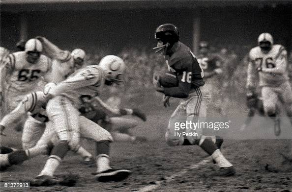 Football championship New York Giants Frank Gifford in action vs Baltimore Colts Bronx NY