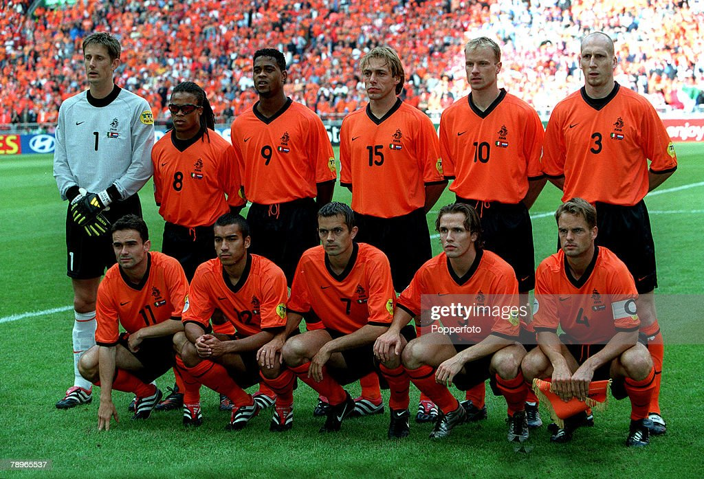 ¿Cuánto mide Edwin Van der Sar? - Real height Football-european-championship-semifinal-amsterdam-arena-holland-29th-picture-id78965537