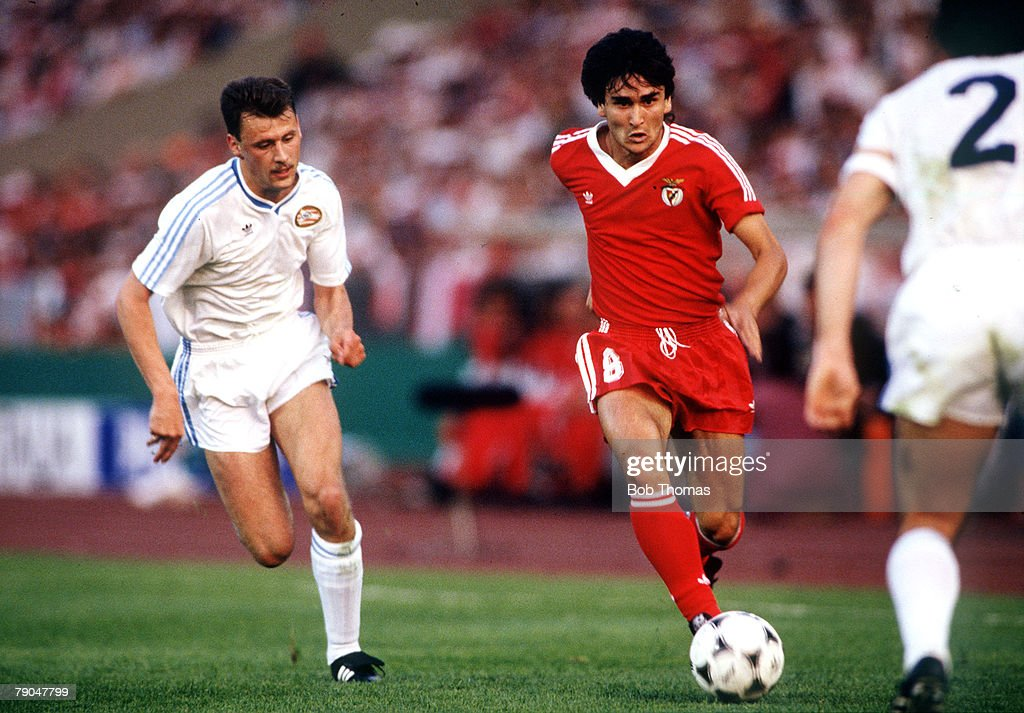 Football European Cup Final Stuttgart West Germany 25th May 1988 Benfica 0 v PSV Eindhoven 0 Benfica's Antonio Pacheco is chased by PSV's Edward...