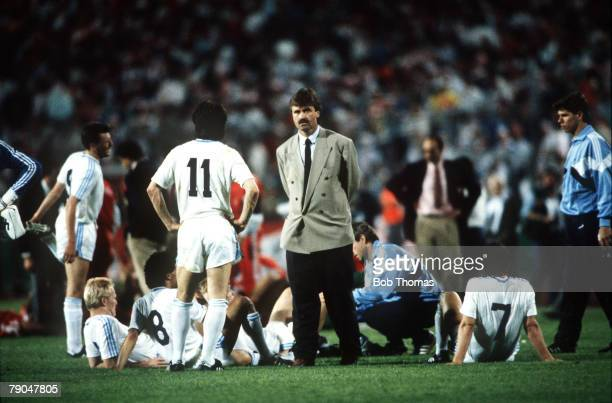 Football European Cup Final Stuttgart West Germany 25th May 1988 Benfica 0 v PSV Eindhoven 0 PSV manager Guus Hiddink talks with his players before...
