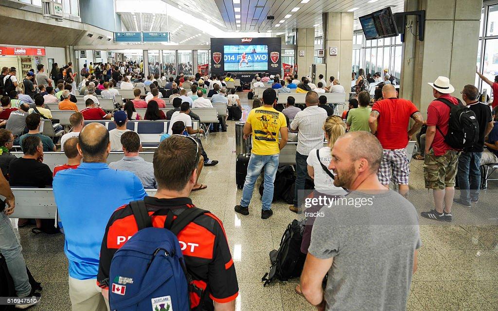 Fußball-fans Flughafen Brasilia, Brasilien : Stock-Foto