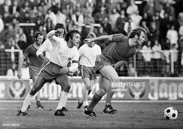 Football Germany Bundesliga 1972/1973 Niederrhein Stadium in Oberhausen RotWeiss Oberhausen versus FC Bayern Munich 05 scene of the match fltr Franz...