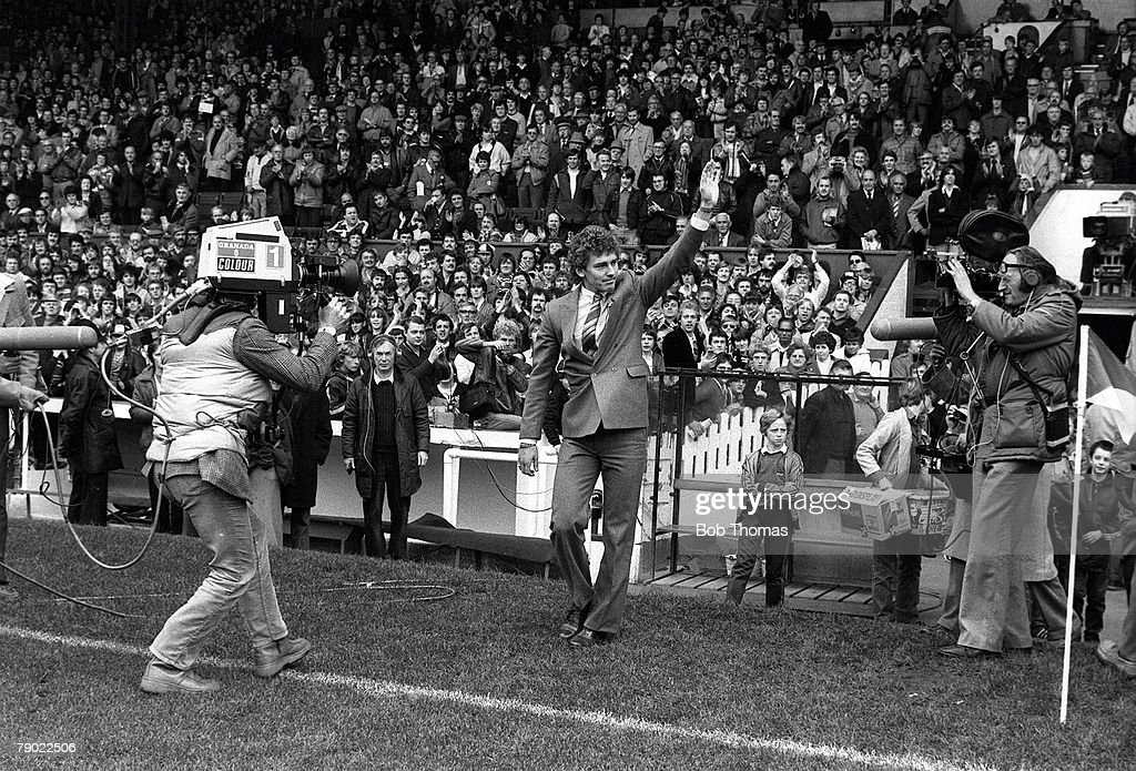 Football. Manchester, England. 3rd October 1981. Manchester United 5 v Wolverhampton Wanderers 0. Manchester United's new signing Bryan Robson waves to the crowd as he completes his ?1.5 million transfer to Old Trafford from West Bromwich Albion before th : News Photo