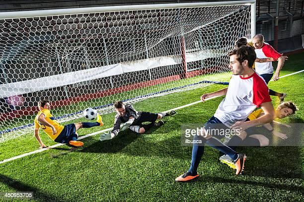 Fußballspiel im stadium: Stürmer das Ziel