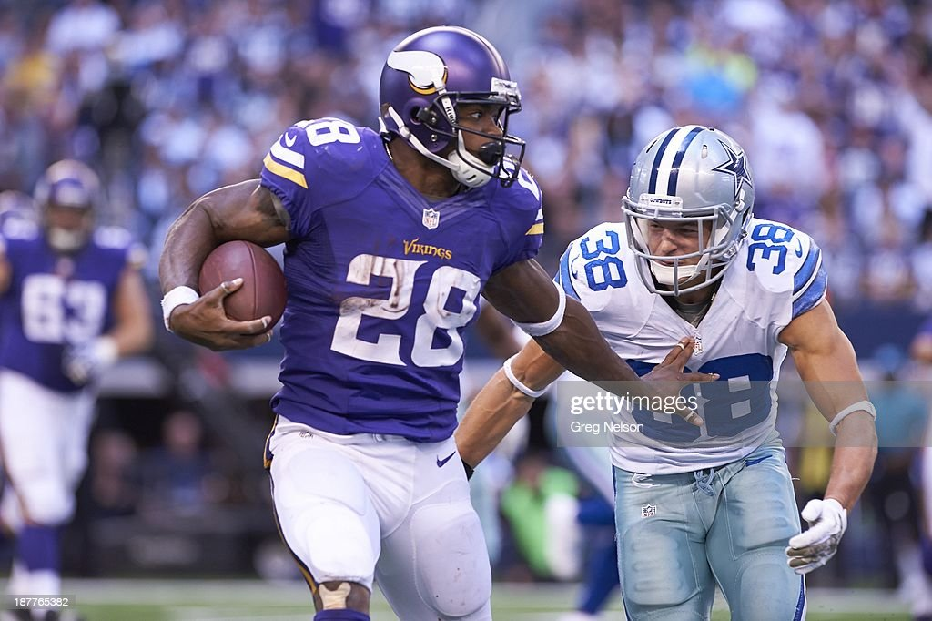 Minnesota Vikings Adrian Peterson (28) in action, rushing vs Dallas Cowboys at AT&T Stadium. Greg Nelson F15 )