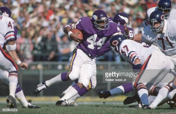 Minnesota Vikings Chuck Foreman in action rushing vs Chicago Bears Cover Bloomington MN CREDIT Walter Iooss Jr