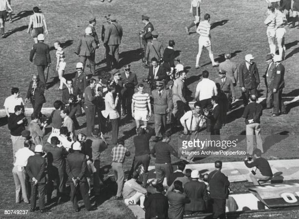 Football Montevideo Uruguay November 1967 World Club Championship Playoff Racing Club of Argentina 1 v Celtic 0 Celtic's Bobby Lennox surrounded by...