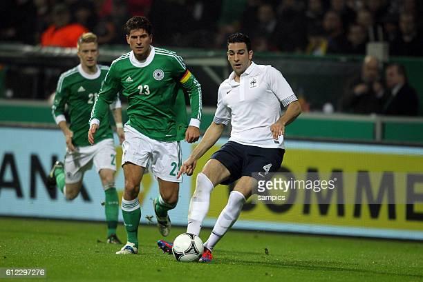 Adil Rami Frankreich gegen Mario Gomez Deutschland Fussball Länderspiel Deutschland Frankreich 12 2922012 Football national friendship game Germany...