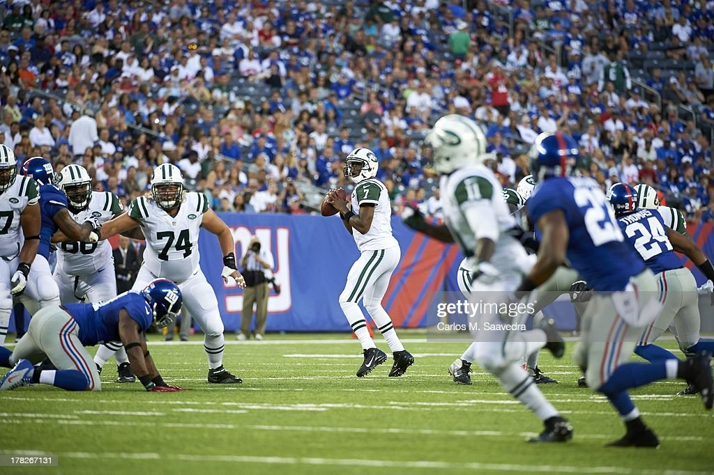 New York Jets QB Geno Smith (7) in action vs New York Giants during preseason game at MetLife Stadium. Carlos M. Saavedra F24 )