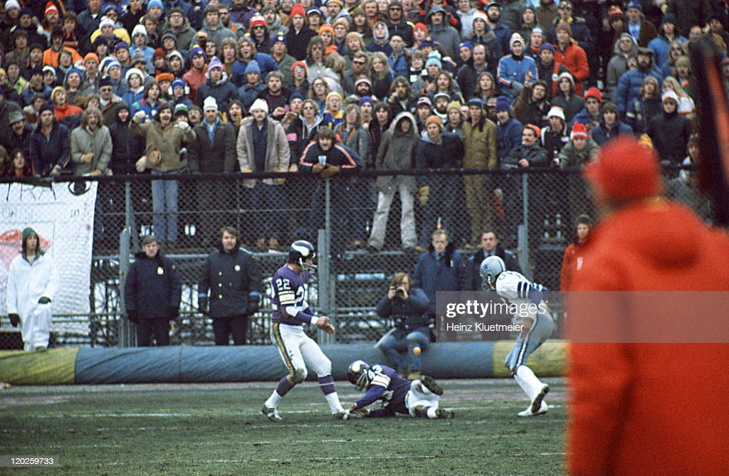 Dallas Cowboys Drew Pearson (88) in action, making catch vs Minnesota Vikings Nate Wright (43) at Metropolitan Stadium. Pearson caught the ball for the game-winning touchdown after Wright deflected the ball but fell or was pushed to the ground. Heinz Kluetmeier X20129 )