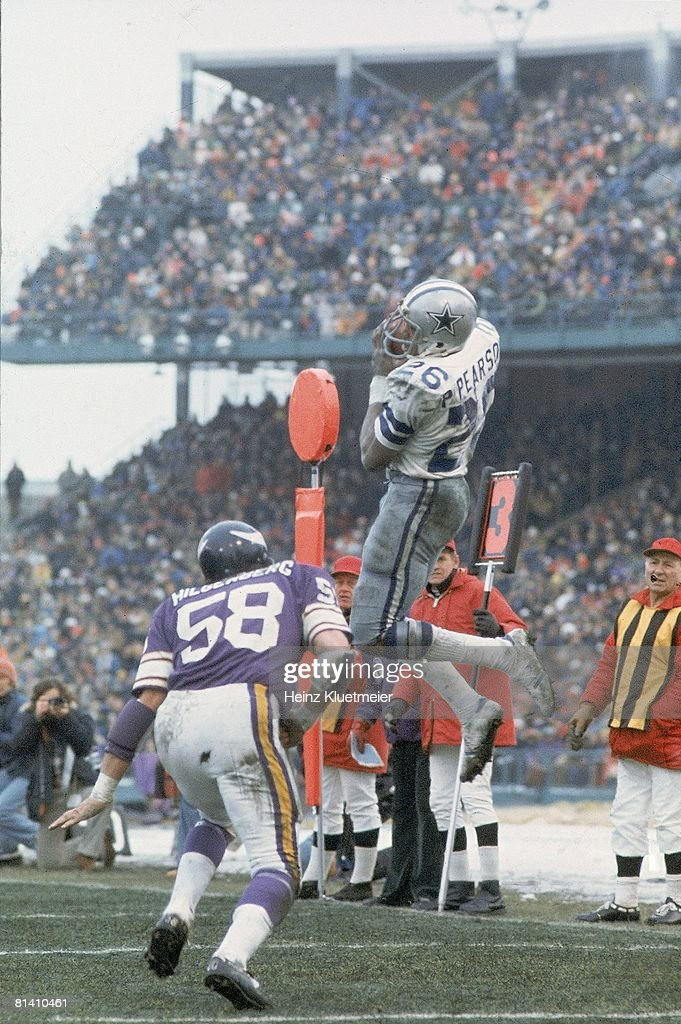 Football NFC Playoffs Dallas Cowboys Preston Pearson in action making catch vs Minnesota Vikings Wally Hilgenberg Cover Bloomington MN