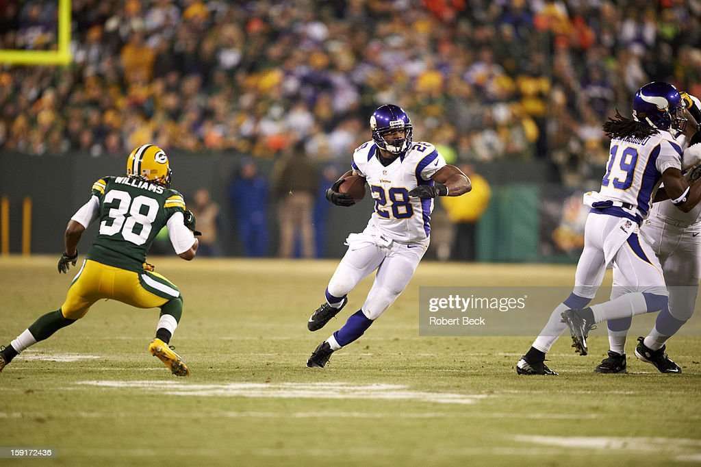 Minnesota Vikings Adrian Peterson (28) in action, rushing vs Green Bay Packers at Lambeau Field. Robert Beck F10 )