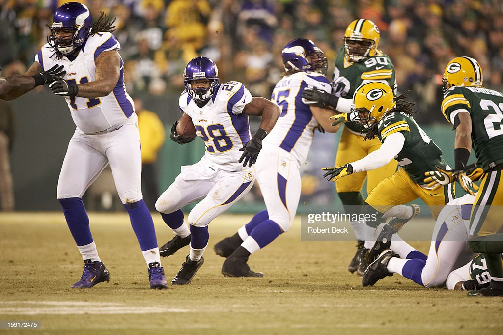 Minnesota Vikings Adrian Peterson (28) in action, rushing vs Green Bay Packers at Lambeau Field. Robert Beck F145 )