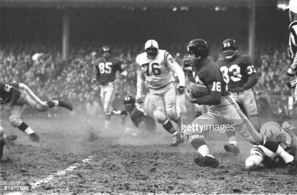Football NFL championship New York Giants Frank Gifford in action rushing vs Baltimore Colts Bronx NY
