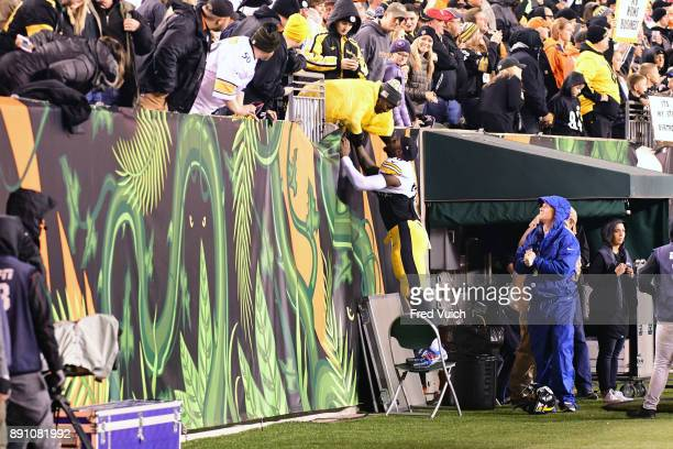 Pittsburgh Steelers Le'Veon Bell with his mother Lisa in standss during game vs Cincinnatti Bengals at Paul Brown Stadium Cincinnatti OH CREDIT Fred...
