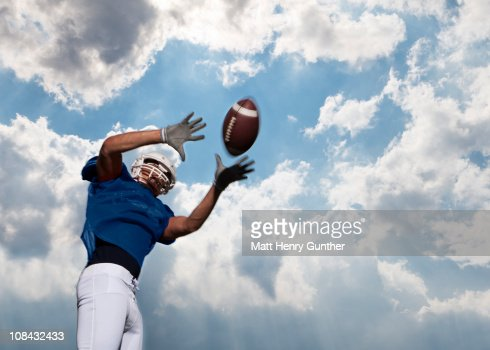 football player catching ball : Foto stock