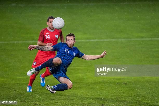Jogadores de futebol a jogar futebol