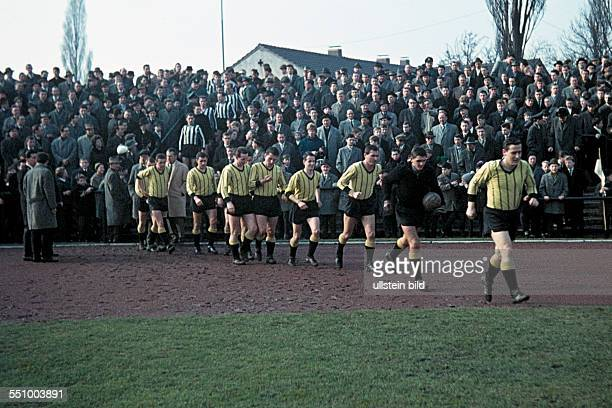 football Regionalliga West 1963/1964 Jahn Stadium VfB Bottrop versus Alemannia Aachen 21 runningin of the Aachen team with team captain Josef...