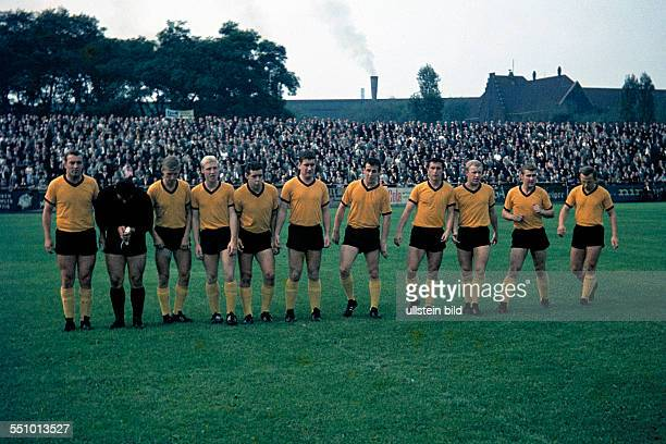 football Regionalliga West 1964/1965 August Thyssen Stadium Sportfreunde Hamborn 07 versus STV HorstEmscher 40 team shot HorstEmscher with keeper...