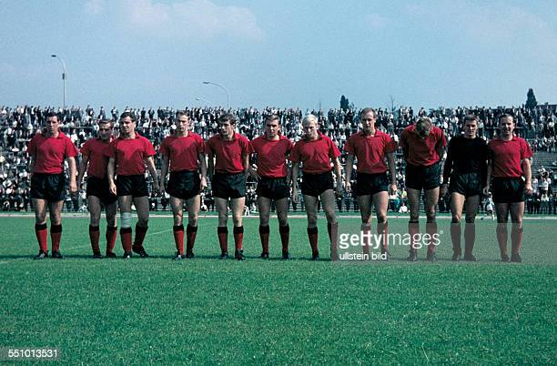 football Regionalliga West 1964/1965 Stadium am Uhlenkrug ETB Schwarz Weiss Essen versus Bayer 04 Leverkusen 11 team shot Bayer with keeper Horst...