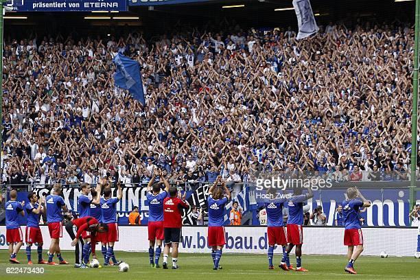 1 Bundesliga 2013/14 Hamburger SV TSG 1899 Hoffenheim Spieler des Hamburger SV stimmen ihre Fans vor dem Spiel ein // © Philipp Szyza